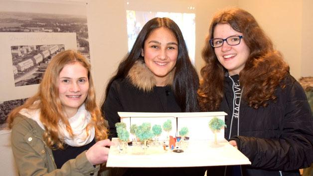 Laetizia Trimborn (15), Mariam Rahimy (15) und Mike Siepker (14, v.l.) präsentierten ihr  Modell