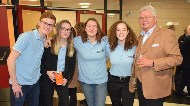 Rotarier Rüdiger Lang freute sich mit einigen interact-Mitgliedern über die Gründung der Rotary-Jugendorganisation in Quickborn