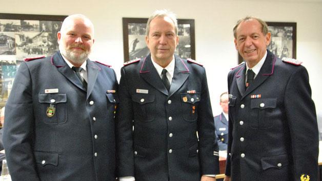 Übernahme in die Ehrenabteilung der Wehr: Stv. Wehrführer Daniel Dähn, Gerd Frei und Wehrführer Wido schön (v.l.)