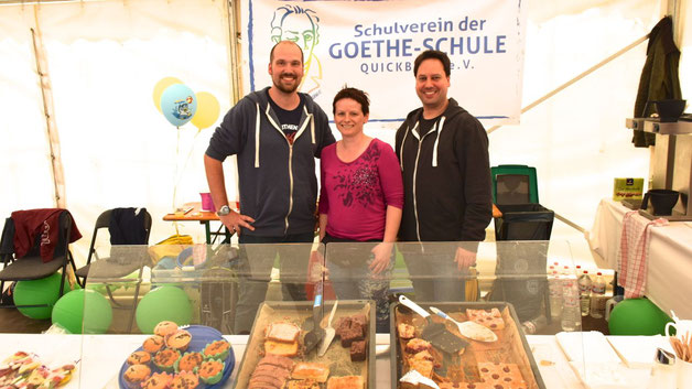 Patrice Simoneit, CarmenDrube und Eike Kuhrcke verkauften Kaffee und Kuchen zugunsten des Schulvereins der Goethe-Schule