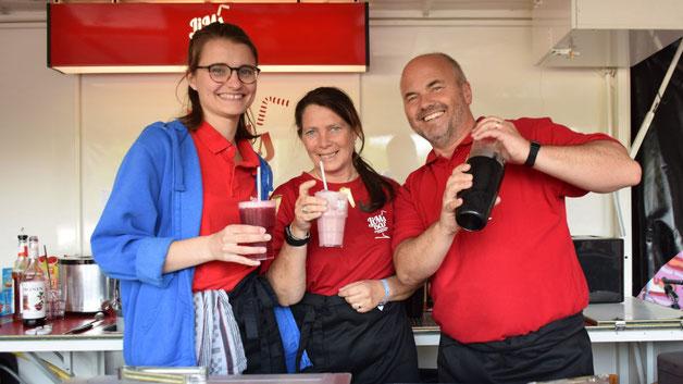 """Fröhlich auch ohne Alkohol: Finya Lorenz, Anja und Marcus Krampe (v.L.) schenkten an """"Jims Bar"""" des Kreisjugendringes leckere Fruchtsaft-Cocktails  aus"""
