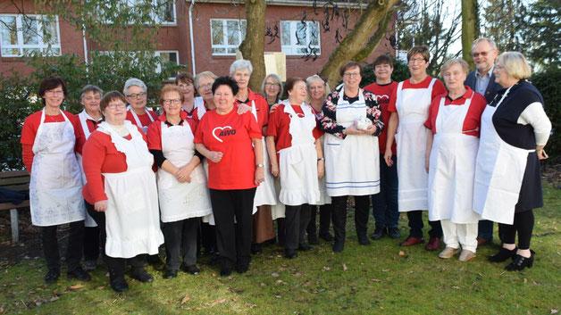 """Gruppenbild mit einem Herrn (Bürgervorsteher Henning Meyn): Die Helferinnen hatten sich für die """"Suppenküche"""" stilgerecht mit Schürzen gekleidet"""