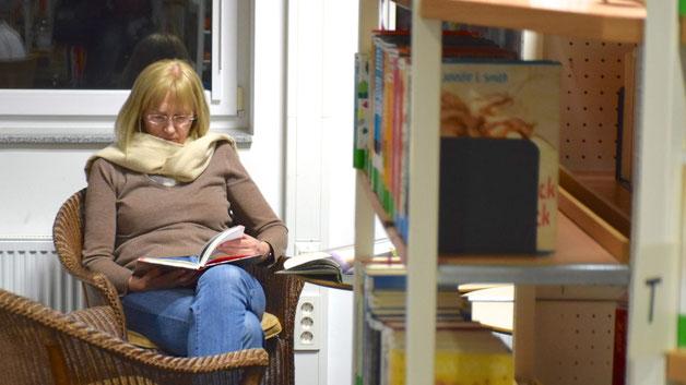 In all dem Trubel fanden interessierte Besucher und Besucherinnen auch immer noch ein ruhiges Fleckchen, um sich in ein traditionelles Buch zu vertiefen
