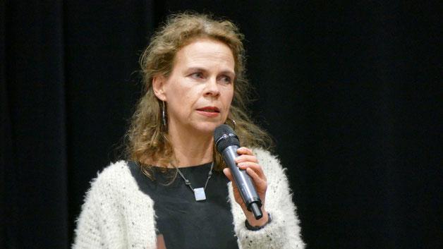 Schulleiterin Dr. Susanne von Glasenapp begrüßte in der Aula SchülerInnen, Eltern und Unternehmen und erläuterte das Konzept der Veranstaltung