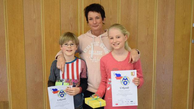 Mathematik-Fachleiterin Anke Moritz überreichte als Anerkennung Buch-Präsente
