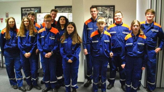 """Zwölf junge Feuerwehrleute erhielten von Jan Sudeck, der die Prüfungen auf Kreisebene abgenommen hatte, die Auszeichnung """"Jugendflamme 2"""""""