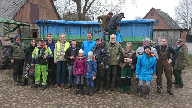 In Quickborn-Renzel kamen die fleißigen Helfer auf dem Seimer-Hof zusammen