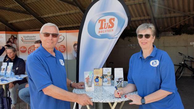 Die Vorstandsmitglieder Hartmut und Karin Leutner informierten über das breite Sportangebot des TuS Holstein