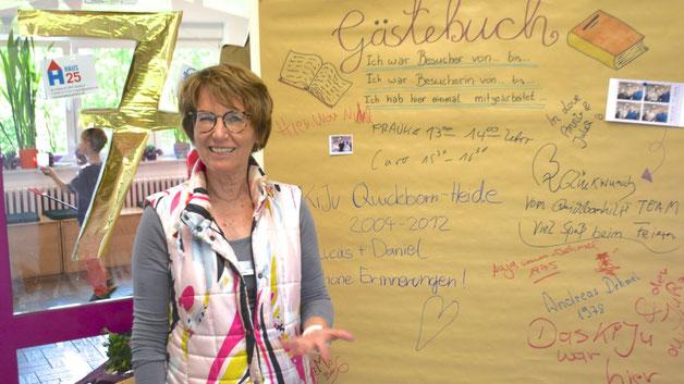 Gastgeberin Birgit Hesse konnte sich über viele BesucherInnen freuen, die im Gästebuch ihre Erinnerungen an ihre Zeit im Haus der Jugend festhielten