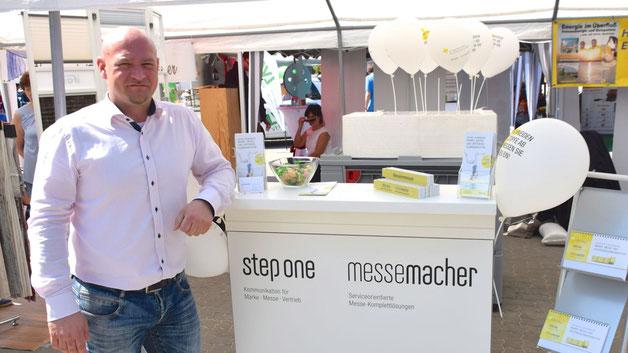 """Zum ersten Mal auf der Messe: Geschäftsführer Stefan Hamann stellte das Leistungsangebot der Kommunikations- und Marketingagentur """"step one""""  sowie der Quickborner """"messemacher"""" vor, die z.B. große Veranstaltungen in Hamburg ausstatten"""