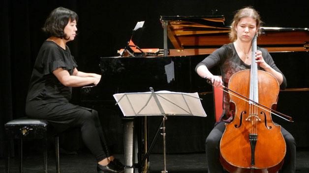 Im zweiten Teil des Programms begleitete Makiko Eguchi die jungen Künstler am Klavier, hier mit Sarah Lohse