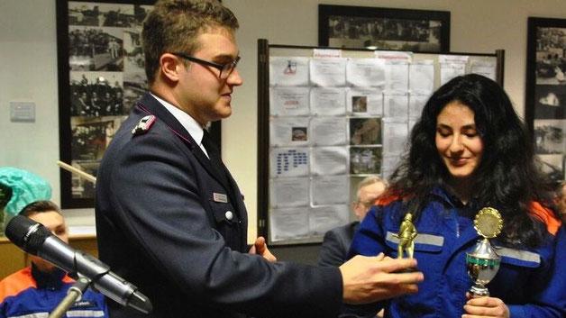 Als Jugendliche des Jahres wurde von den Ausbildern Delphine Yelgel gewählt. Sebastian Göhring würdigte ihre herausragenden Leistungen für die Jugendfeuerwehr im vergangenen Jahr.
