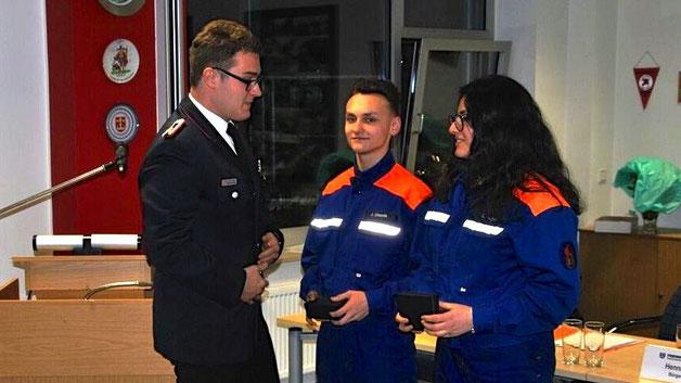 Jugendwart Sebastian Göhring verabschiedete Jannik Urbanik und Delphine Yeigel aus der Jugendfeuerwehr