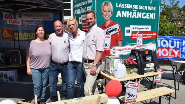Stefan Niemann, Leiter des Quickborner Hagebaumarktes (r.). lud mit seinem Team zu Gewinnspielen ein