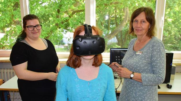Saskia Kohnfeldt und Susanne Golditz schickten junge Besucher mit einer Virtual Reality-Brille auf schmale Wege  in atemberaubenden Hochhaus-Höhen