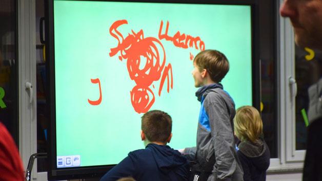 An der großen Media-Wand  konnten die Besucher ihre künstlerischen Fähigkeiten  erproben