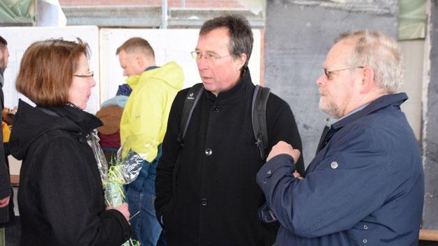 Als Gäste konnte Pastorin Weisbarth u.a. Bürgervorsteher Henning Meyn und Thomas Drope, Probst des Kirchenkreises Hamburg-West/Südholstein (v.r.) sowie Bürgermeister Thomas Köppl begrüßen