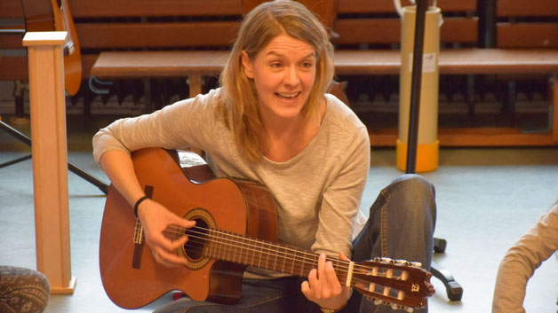 Musikpädagogin Mareike Irsigler machte die Kinder auf musikalische Weise mit der Welt der Klänge  vertraut