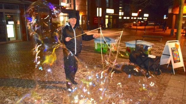 Mit großen bunten Seifenblasen  begrüßte ein Straßenkünstler schon am Eingang die Besucher