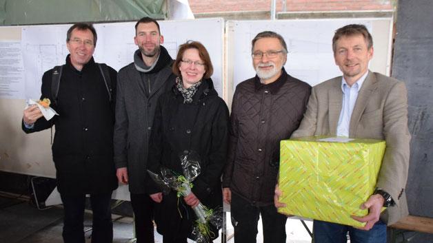 Pastor Jörn-Detlef Dau-Schmidt überbrachte den Quickborner Pastoren Rainer Patz, Claudia Weisbarth und Florian Niemöller mit einem Präsent die Glückwünsche der Gemeinde Ellerau, Probst Thomas Drope freute sich mit (v.r.)