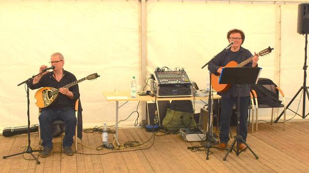 """Das Duo """"The Athenians"""" sorgt im großen Festzelt für die musikalische Unterhaltung."""