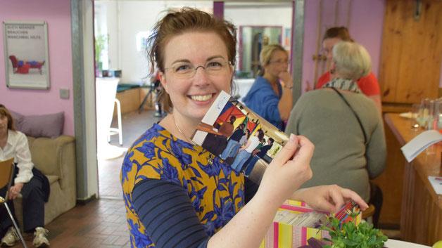 Quickborns Gleichstellungsberauftragte Hannah Gleisner stöberte in den Boxen mit alten Fotos, die Birgit Hesse vorbereitet hatte
