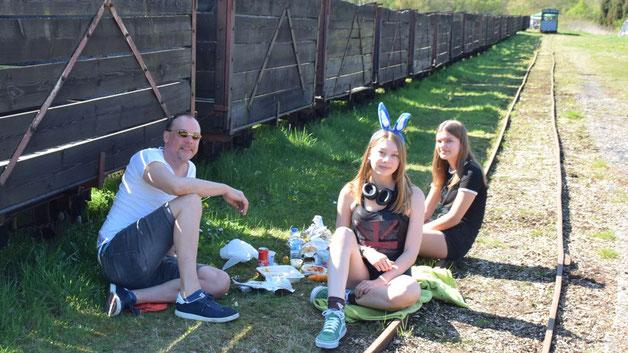 Im Schatten der alten Torfbahn-Loren hatte es sich diese Quickborner Familie zu einem Osterbrunch gemütlich gemacht