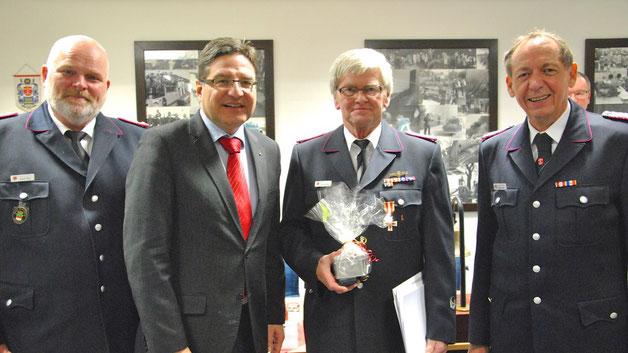 Dieter Müller (2.v.r.) wurde mit dem Brandschutzehrenzeichen am Bande in Gold ausgezeichnet