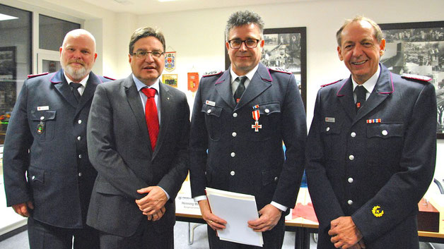 Achim Wohlmacher  (2.v.r.) wurde vom Stv. Wehrführer Daniel Dähn, Bürgermeister Köppl und Wehrführer Wido Schön mit dem Brandschutzehrenzeichen am Bande in Silber ausgezeichnet