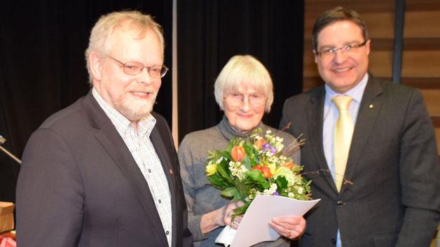 Die Auszeichnung nahm Ursula Gudelius entgegen, ihr Mann war krankheitsbedingt verhindert