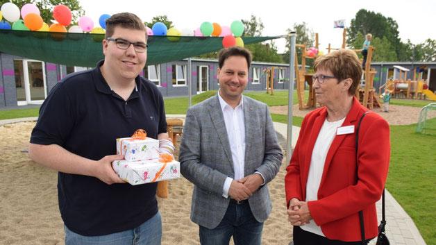Brachte Geschenke mit: Quickborns SPD-Vorsitzender Tom Lenuweit im Gespräch mit CDU-Ratsherr Eicke Kurhrke und der Quickborner AWO-Vorsitzenden Elke Schreiber