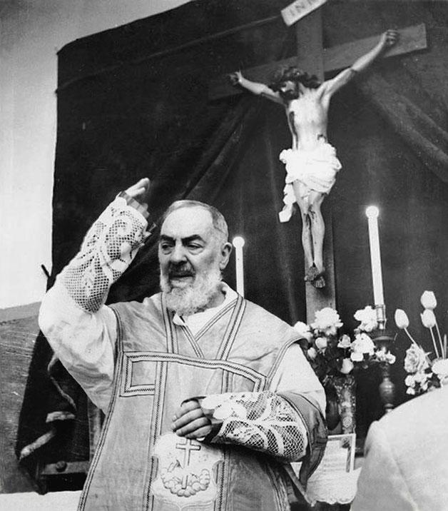 Padre Pio benedice alla fine della Messa