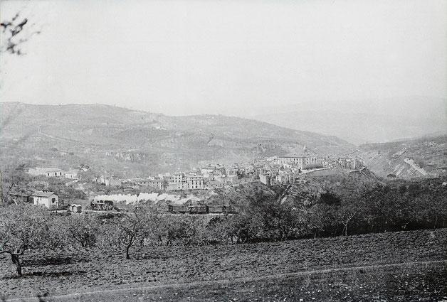 Treno in transito a Larino primi del Novecento