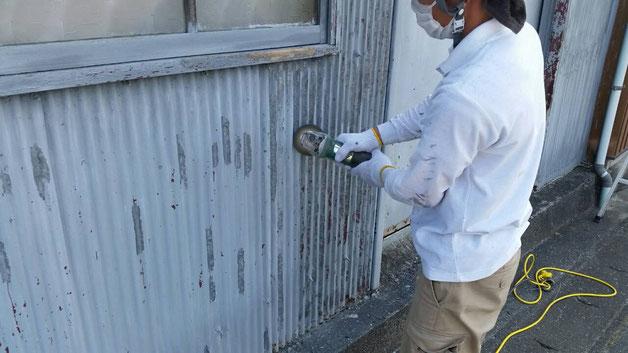 安八町、大垣市、輪之内町、羽島市、柳津町、穂積町、巣南町で外壁塗装工事中の外壁塗装工事専門店。安八町西結で外壁塗装/外壁トタンのケレン作業中