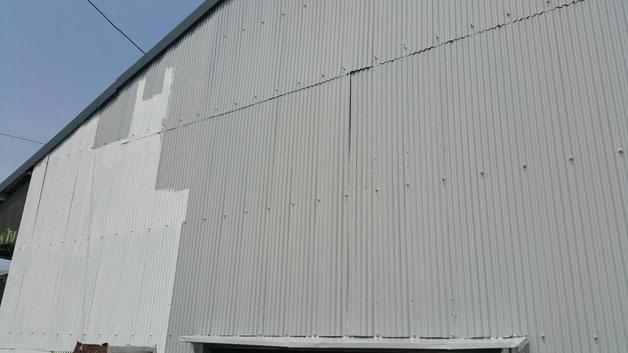 安八町、大垣市、輪之内町、羽島市、柳津町、穂積町、巣南町で外壁塗装工事中の外壁塗装工事専門店。安八町西結で外壁塗装/外壁トタンの上塗り塗装作業中