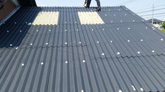 安八町、大垣市、輪之内町、羽島市、柳津町、穂積町、巣南町で屋根塗装工事中の屋根塗装工事専門店。安八町西結で屋根塗装/屋根大波スレートの下塗り塗装作業・コーキング作業