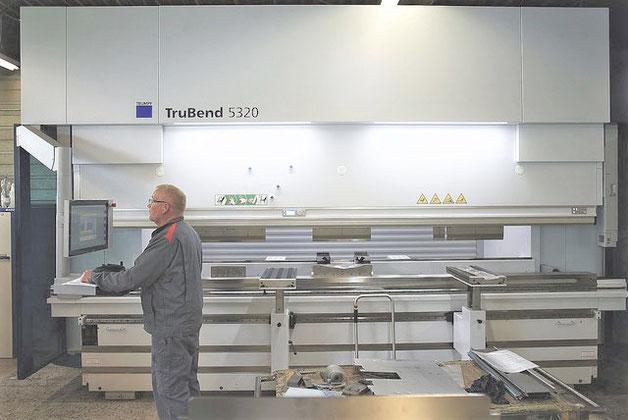Abkanntpresse bis zu 3 Meter. Abkannten ist eine Blechbearbeitung für rostfreien Stahl, Aluminium und jegliches kalt-umformbares Metall für die Blechumformung .