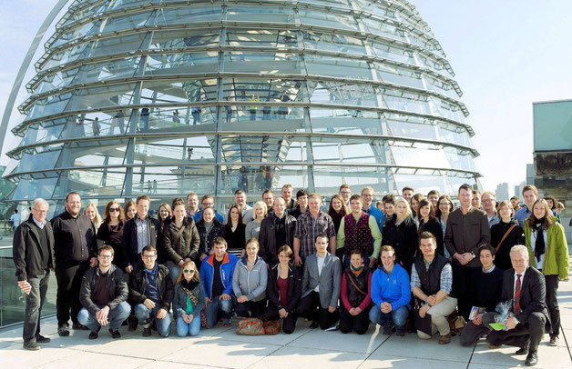 Mitglieder der  Kreisverbände der Jungen Union aus Straubing-Bogen und Regen zusammen mit MdB Alois Rainer (rechts) vor der Reichstagskuppel (Foto: mw)