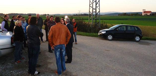 Teilnehmer der Infoveranstaltung vor dem möglichem Überflutungsgebiet, in dem sich die Trinkwassergewinnung der Stadt Bogen befindet.