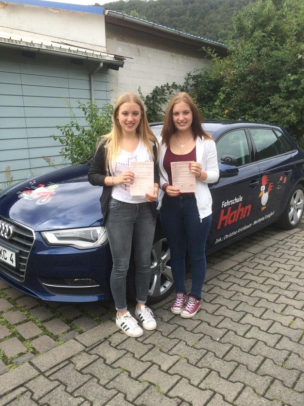 Die erfolgreichen Zwillinge, Laura und Luisa Schmidt haben am 05.08.2016 in Wertheim bestanden