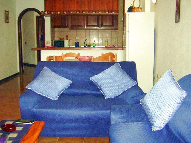 Wohnzimmer mit Schlafcouch in der Ferienwohnung Marino mit Pool auf teneriffa in Los Christianos