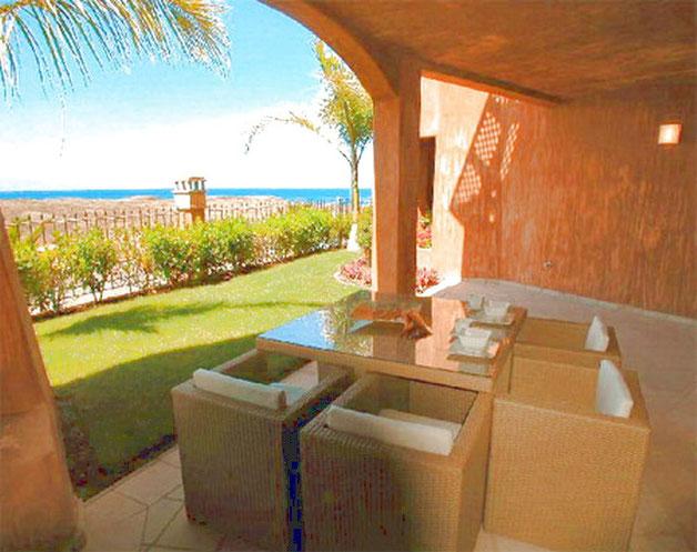 Elegante Terrassenmöbel auf der Terrasse der Ferienwohnung La Marea in Palm Mar auf teneriffa