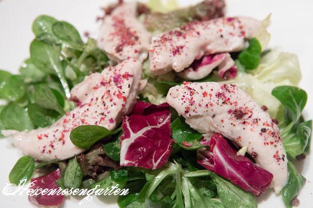 Rosiger Adventskalender im Hexenrosengarten - Rosiges Hähnchenfilet auf Blattsalaten in Himbeer-Dressing