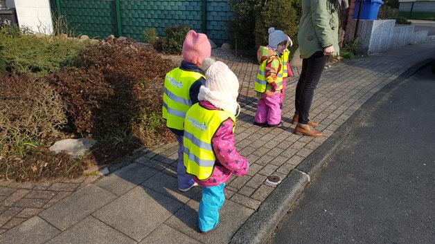 Tageskinder mit Kinder-U3-Warnwesten für höchste Sicherheit