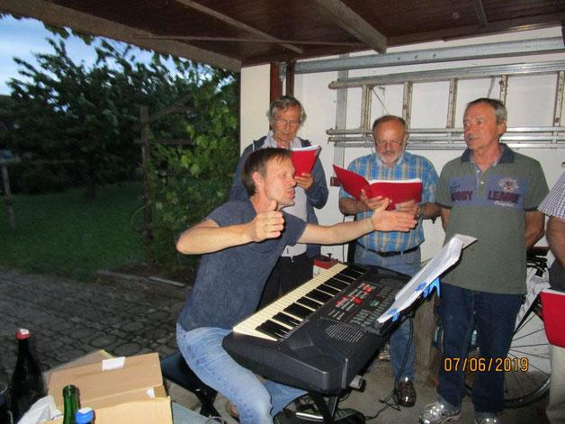 Unser Chorleiter in improvsierter Aktion in der Garage von Hans Aller.