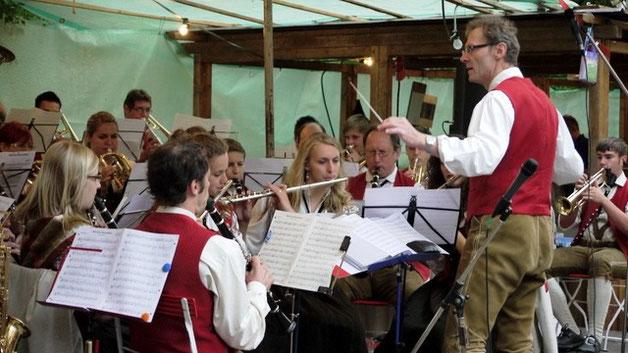 Unterhaltung garantiert mit der jährlich wechselnden Gastkapelle beim sonntäglichen Frühschoppen, hier die Musikkapelle Mühlhausen