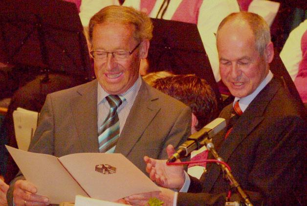 Minister Rudi Körberle überreicht die Pro-Musica-Plakette an den Vorsitzenden Rudi Heilig