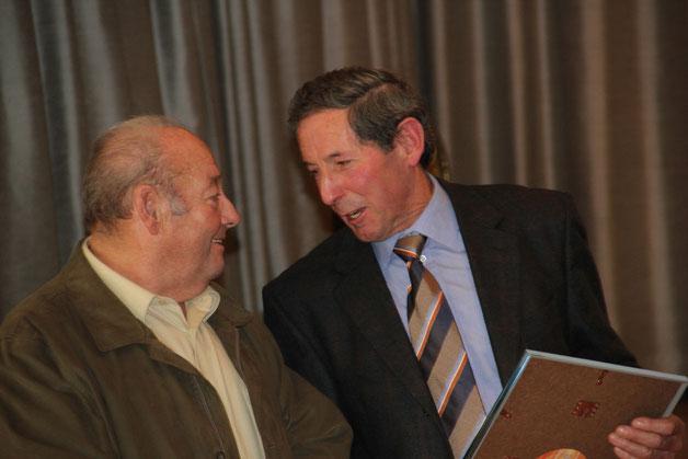 Zwei neue Ehrenmitglieder des MVRG Links Erwin Miller und rechts Hermann Wachter wurden für ihre jahrzehntelangen Dienste als Schellenbaumträger bzw. Fähnrich zu Ehrenmitgliedern ernannt