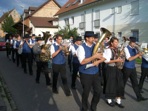 Spontaner Umzug unter den Klängen der Kirchenglocken nach dem hervorragendenen Wertungsspielergebnis am Kreismusikfest in Molpertshaus durch Reute