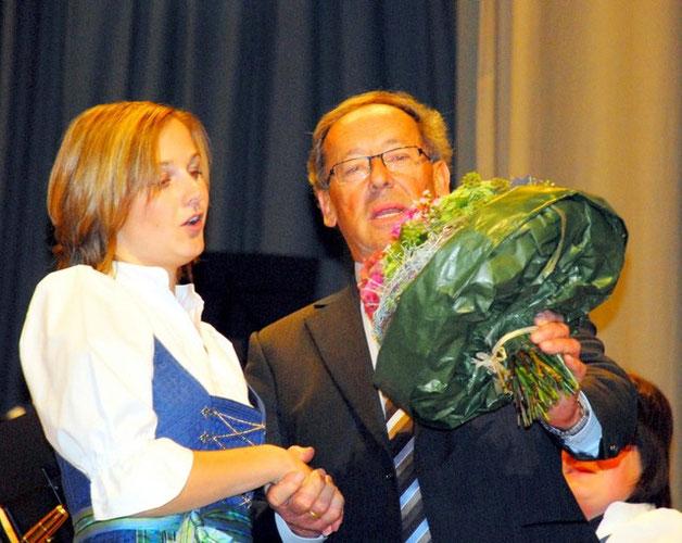 Vielen Dank für die Blumen Uniformenwartin Anja Merk erhält von Vorstand Rudi Heilig als Dank für ihr Engagement rund um die neue Uniform einen Blumenstrauß